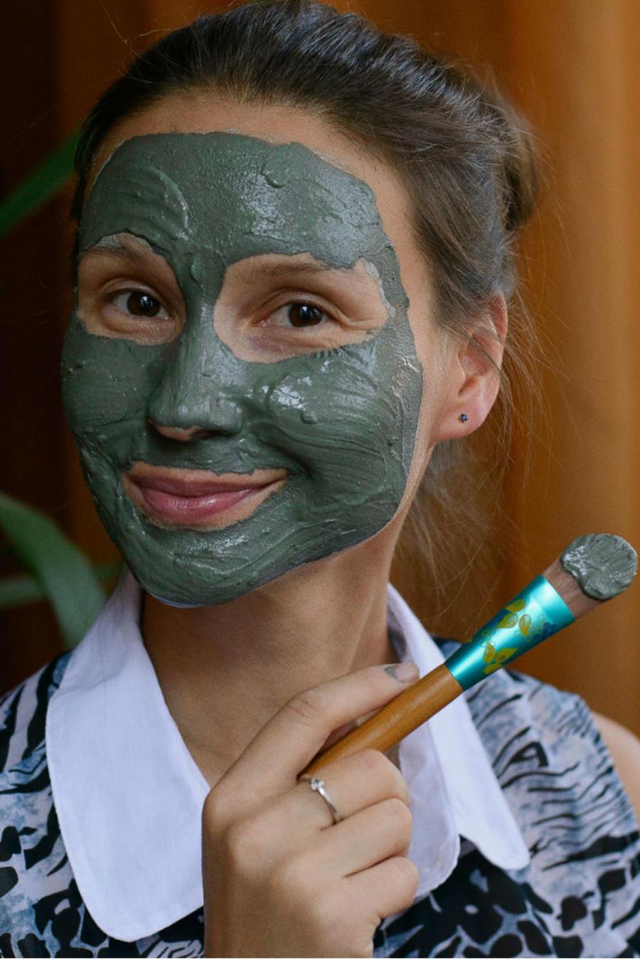 Mujer aplicándose mascarilla