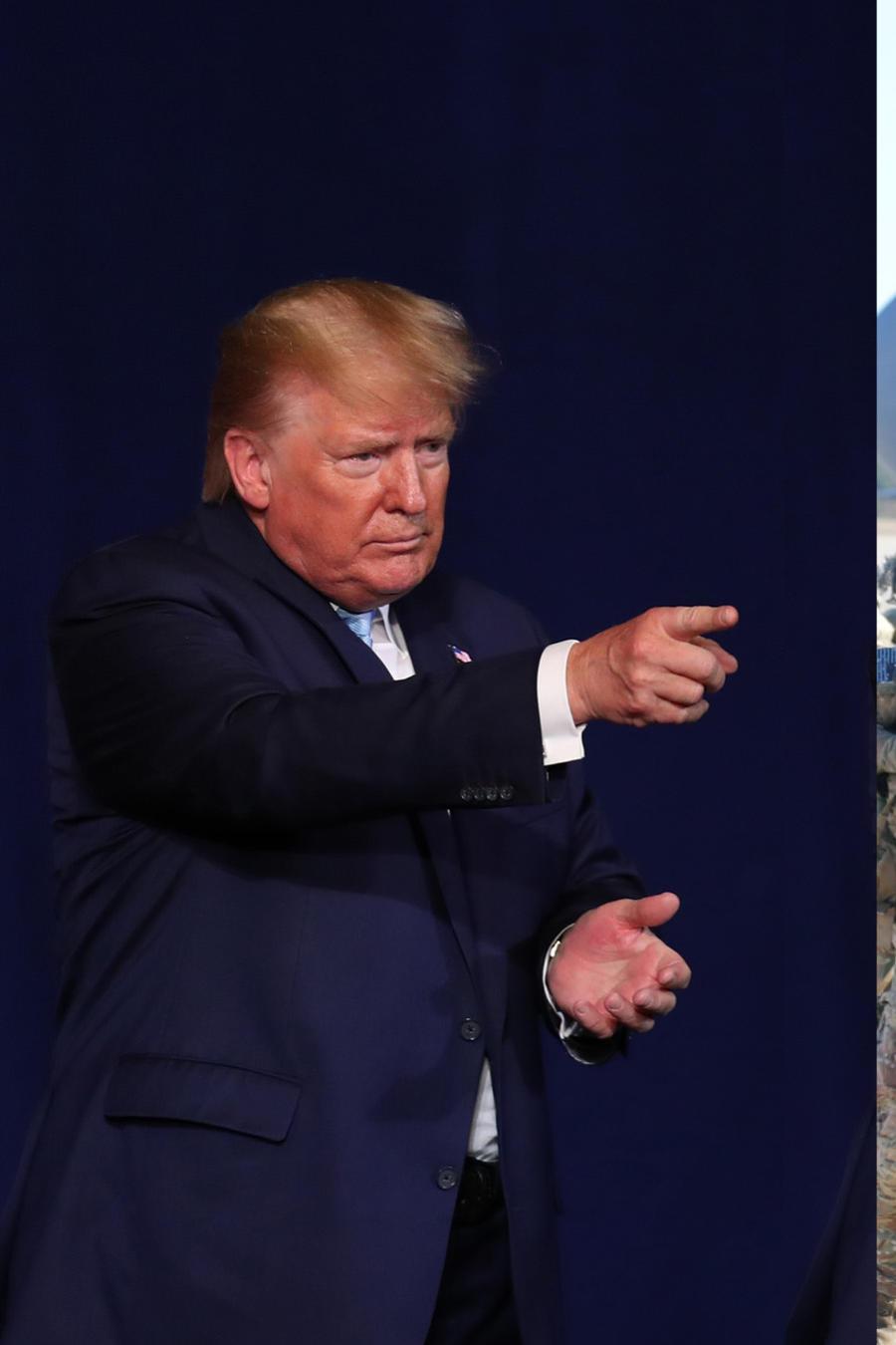Trump, durante un acto político el 3 de enero. A la derecha, soldados embarcan en una base de Carolina del Norte el 1 de enero en dirección a Irak.