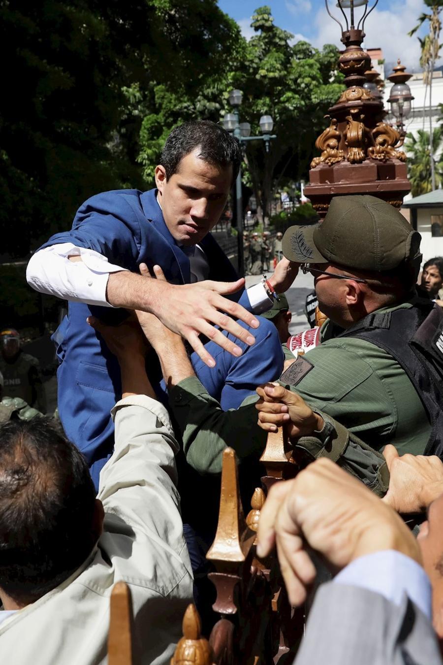 Juan Guaidó, opositor de Nicolás Maduro en Venezuela, intenta acceder a la Asamblea Nacional del país caribeño donde este domingo estaba prevista la votación de un nuevo presidente.