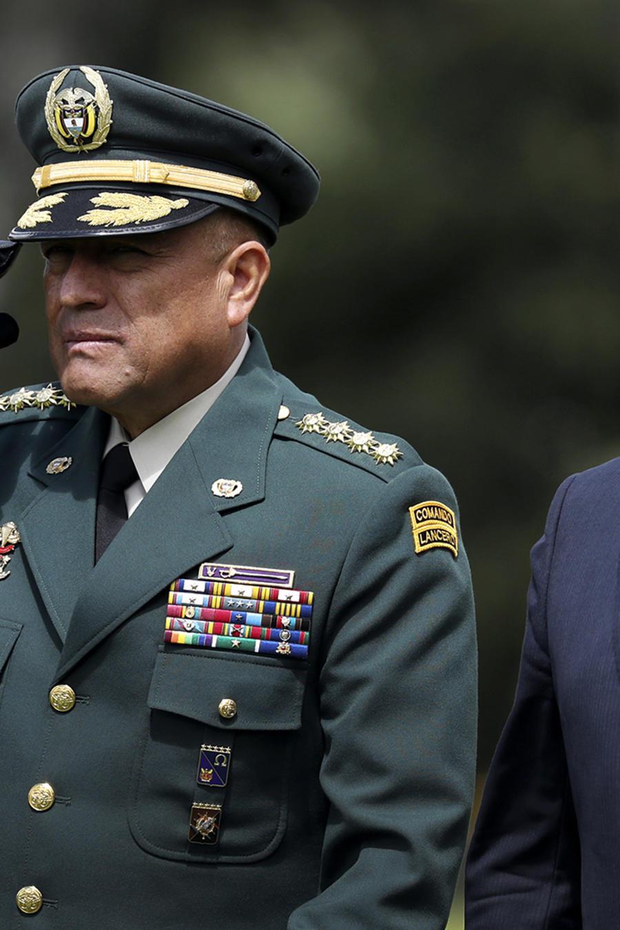 El ministro interino de Defensa de Colombia y el comandante de las Fuerzas Armadas, general Luis Fernando Navarro, centro, y el presidente colombiano, Iván Duque, a la derecha, en una ceremonia de graduación para cadetes de la policía en Bogotá, en noviem