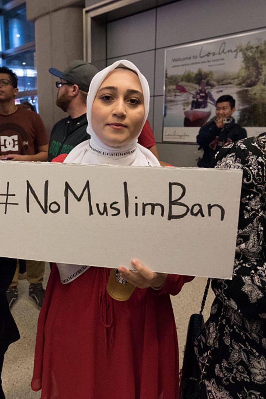Manifestantes protestan en el Aeropuerto Internacional de Los Ángeles en enero de 2017 tras orden ejecutiva en la que Trump prohibió la entrada a EE.UU. de varios países de fe musulmana.
