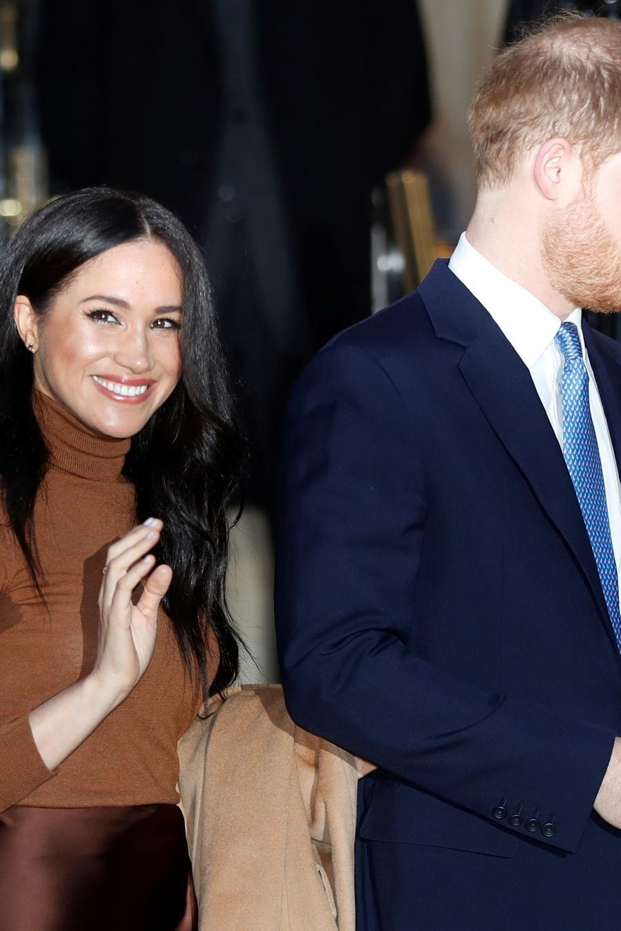 El príncipe británico Harry y Meghan, duquesa de Sussex, después de visitar Canada House en Londres, el martes 7 de enero de 2020, después de su reciente estadía en Canadá. AP / Frank Augstein