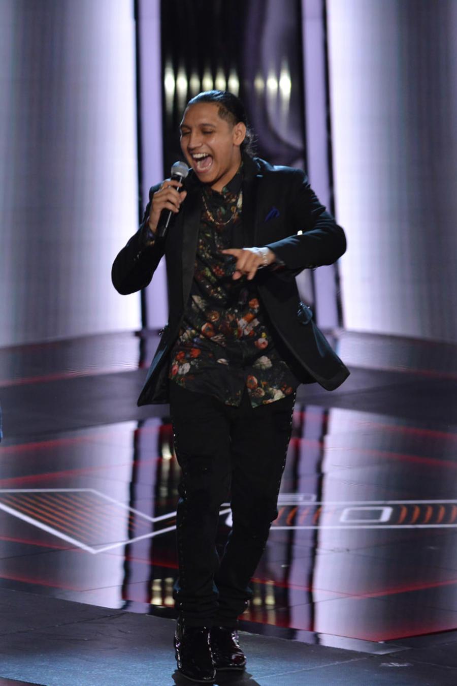 Adrian Torres con su familia en el escenario de La Voz US 2