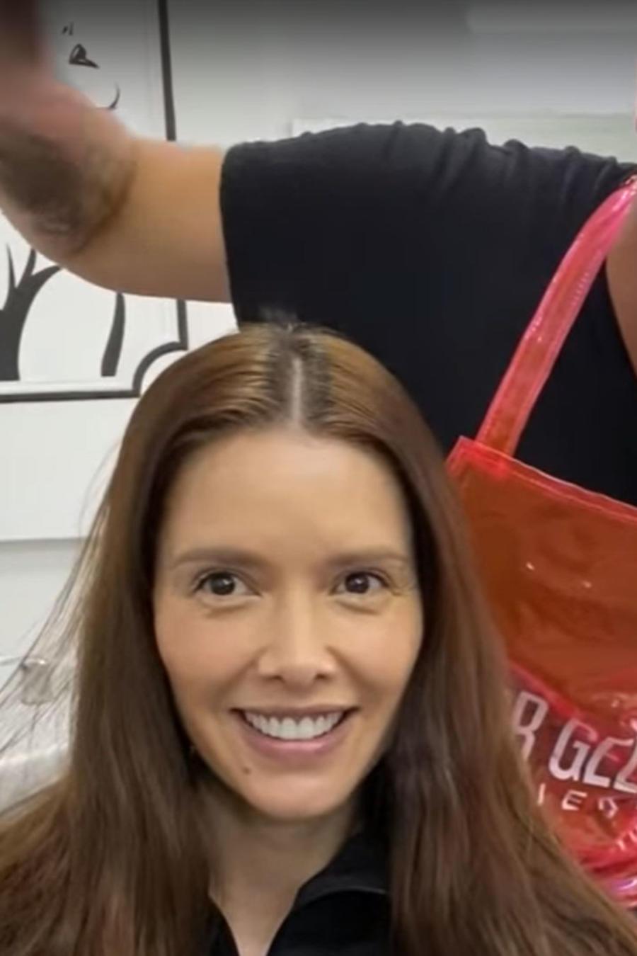 Marlene Favela sentada y muy sonriente