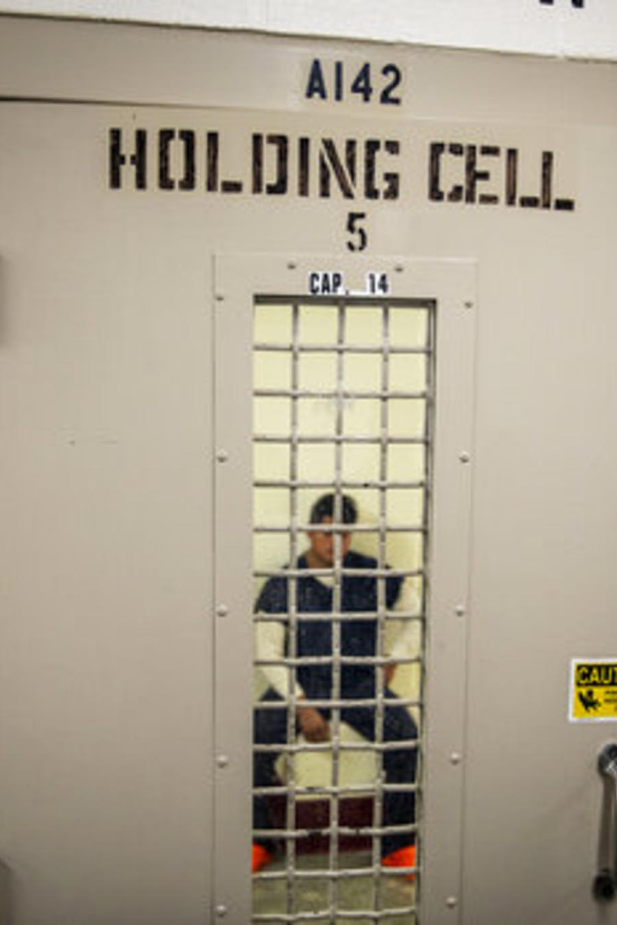 Un detenido en una prisión privada utilizada por ICE.