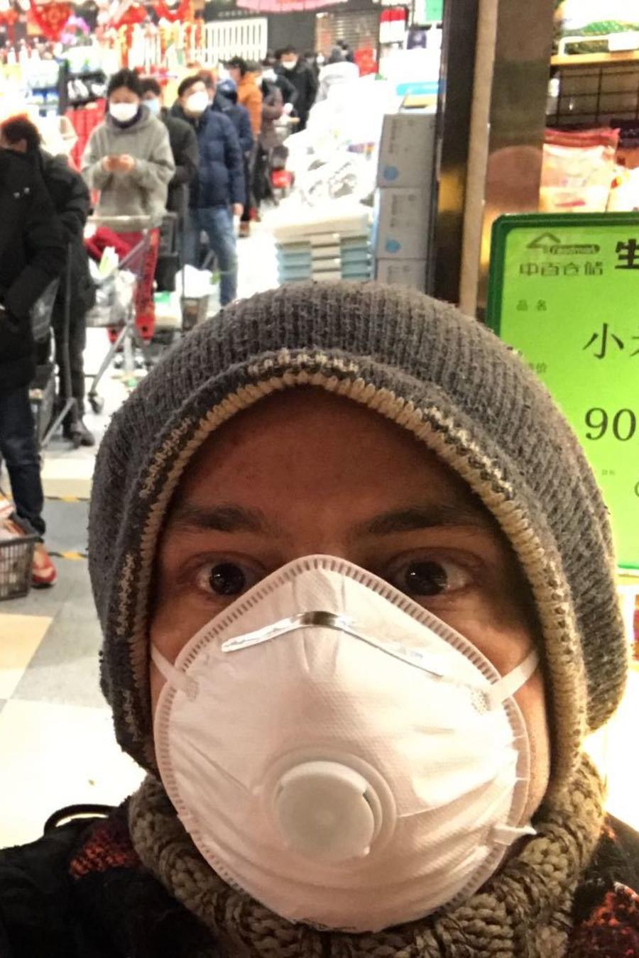 Jesús Daniel Stamatis, con una máscara en el rostro, este domingo en un supermercado de Wuhan, China.