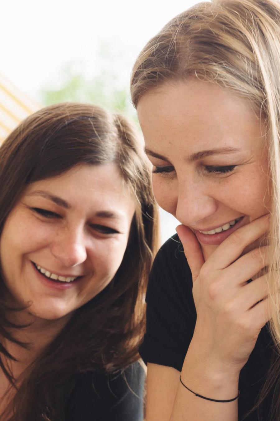 Hermanas sonriendo