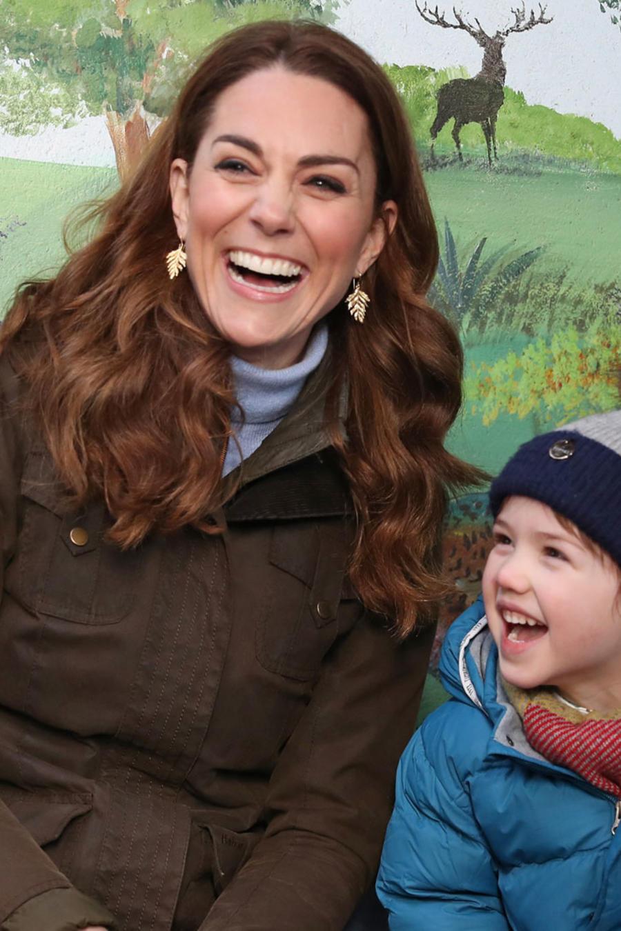 Kate Middleton con niños durante una visita a The Ark Open Farm el 12 de febrero de 2020 en Newtownards, Irlanda del Norte.