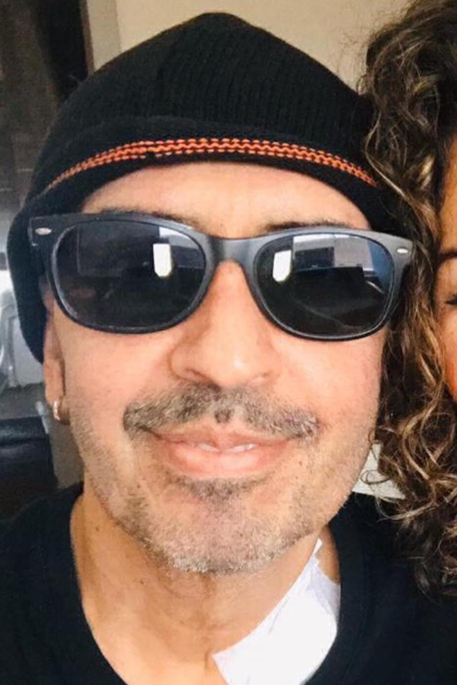 Memo del Bosque y su esposa Vica Andrade abrazados