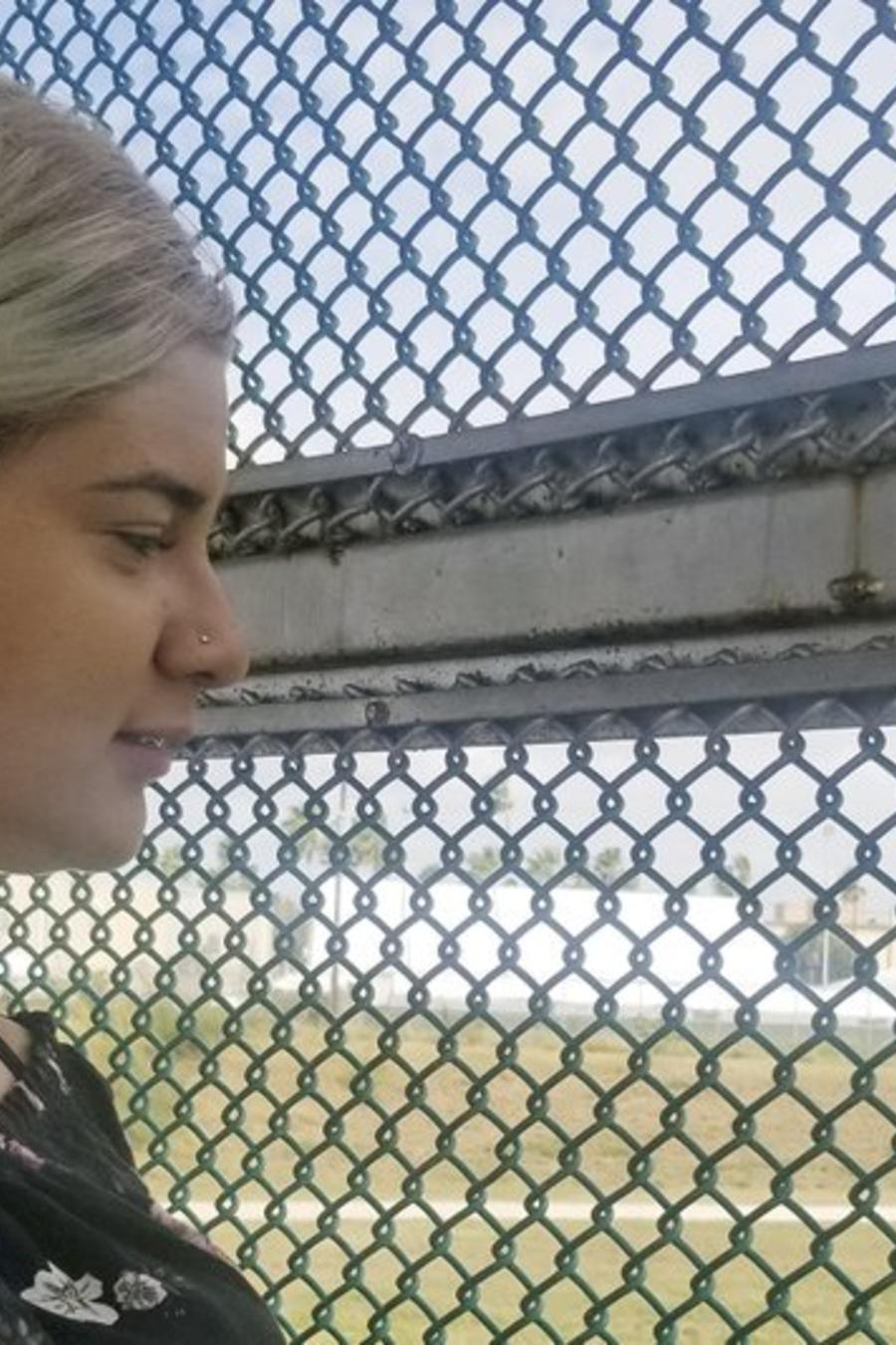 Branyerly, adolescente venezolana, en el lado mexicano de la fronterza de México con Estados Unidos, este lunes.