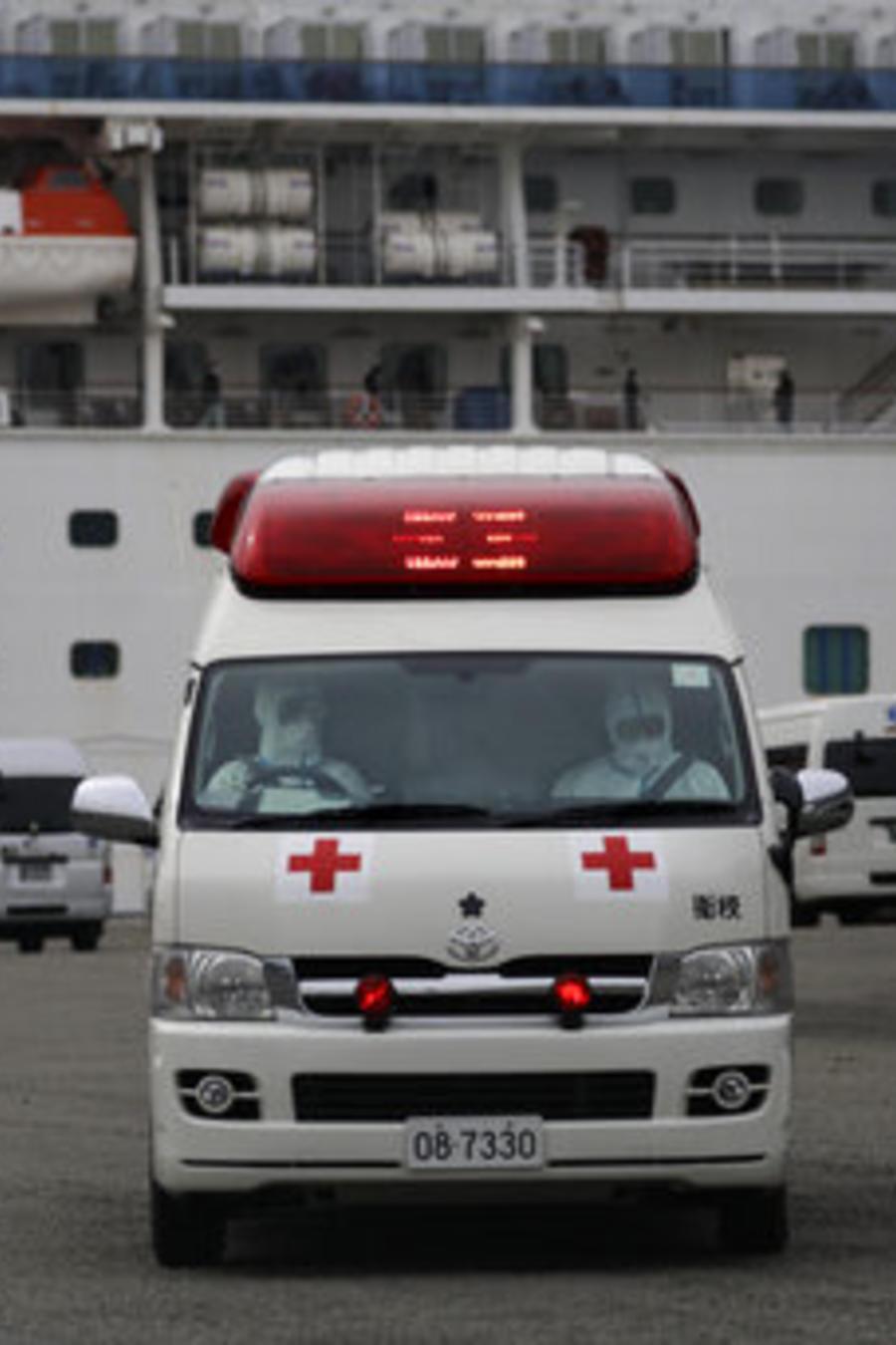 Personal médico en las inmediaciones del crucero en cuarentena en Japón por el coronavirus.