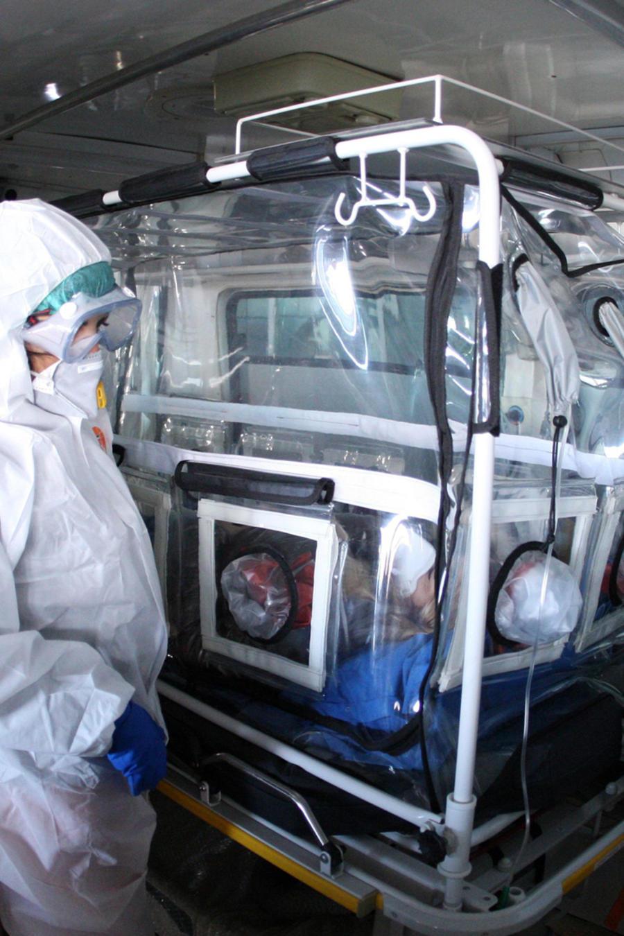 Una paciente tratado en un hospital por posible contagio de coronavirus en una imagen de archivo.
