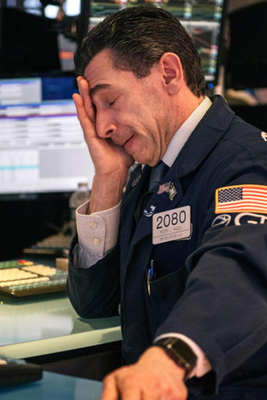 Un trabajador de la Bolsa de Comercio de Nueva York lamenta una nueva jornada con pérdidas por el temor al coronavirus.