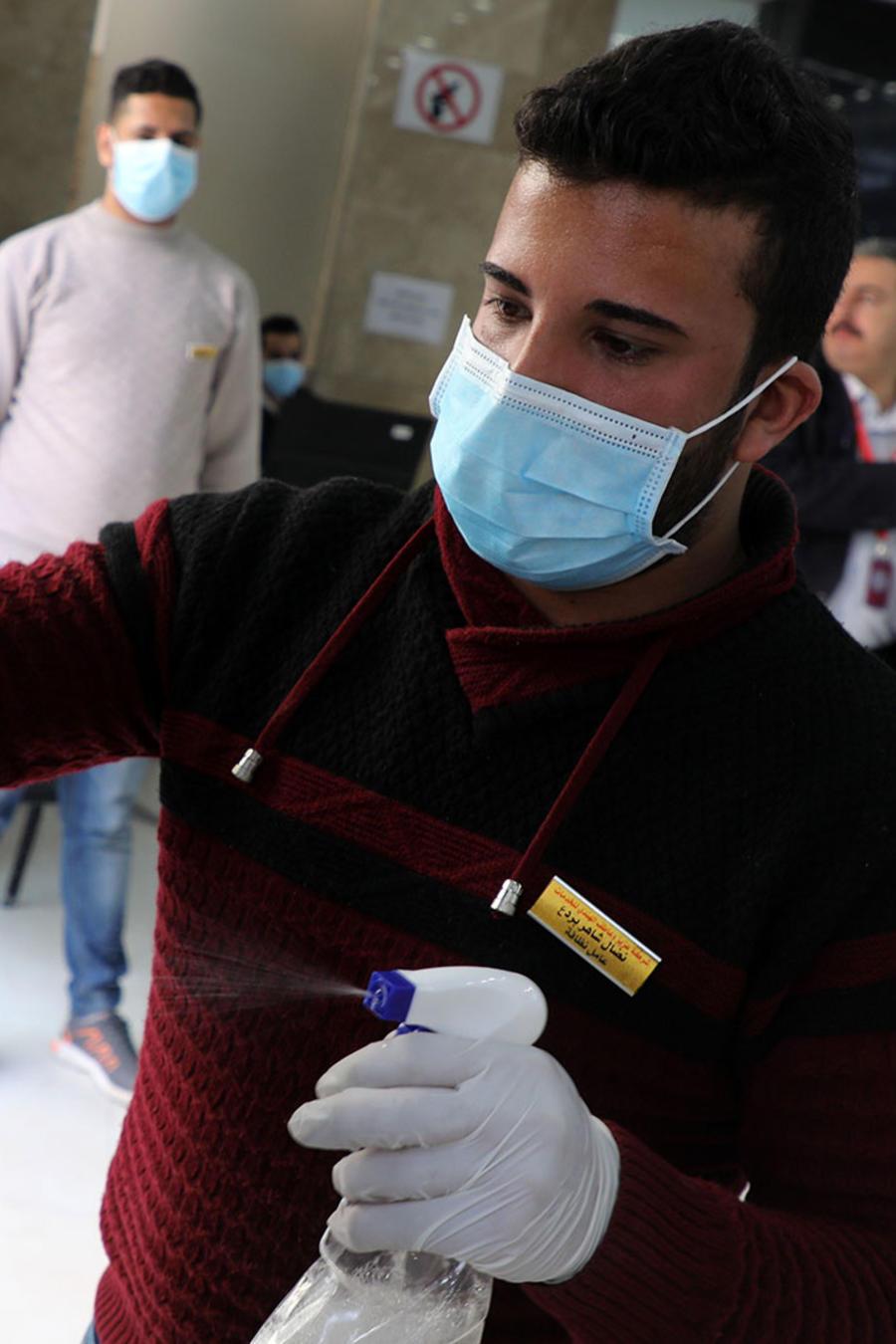 Empleado sanitizando