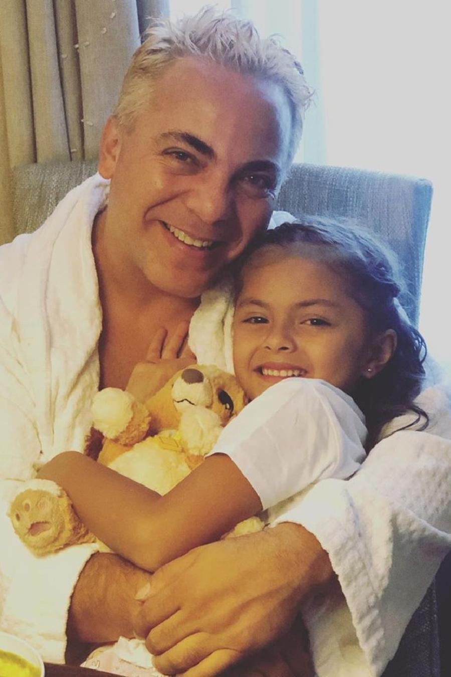 Rafaela Castro y su papá Cristian castro abrazados