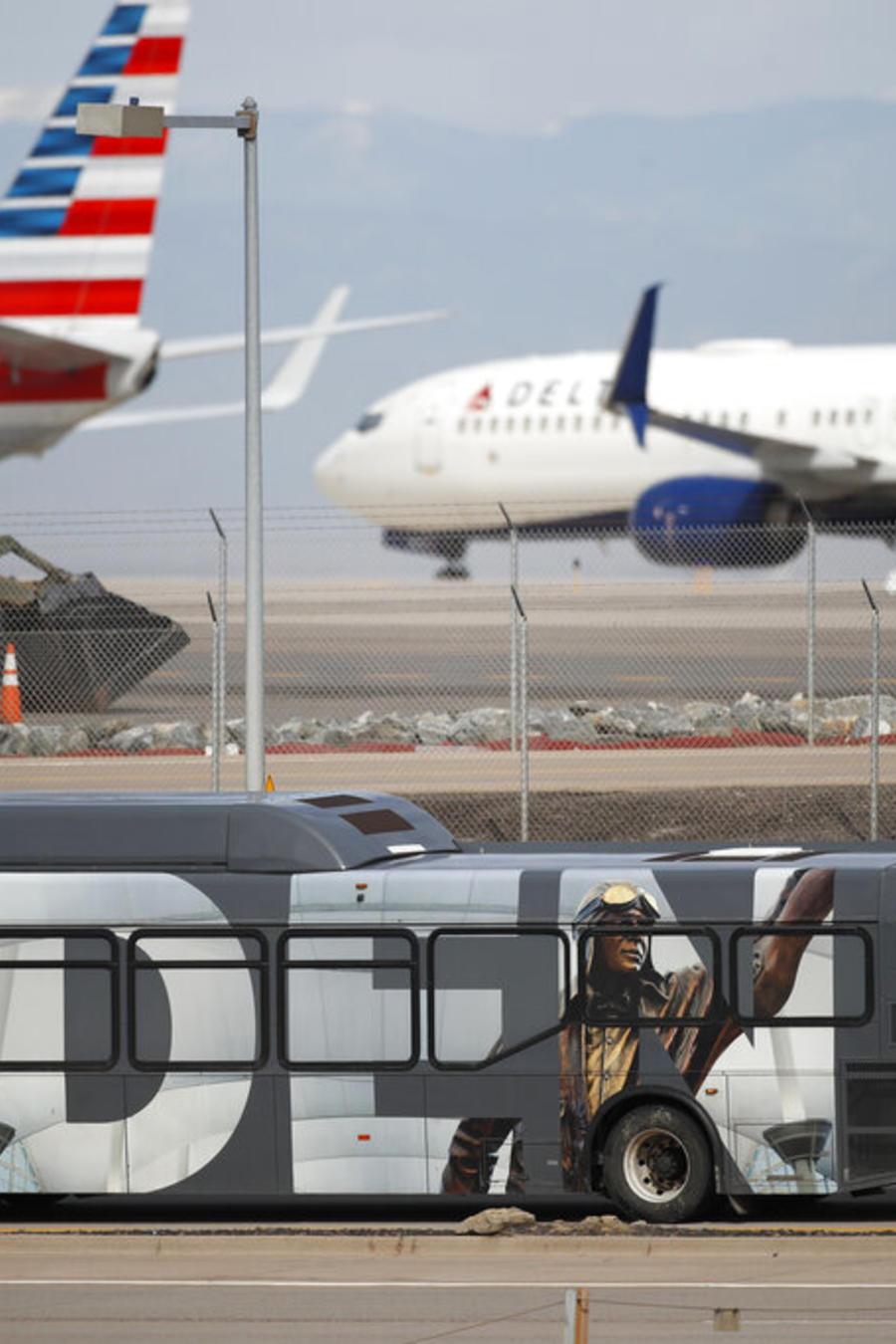 Varios aviones esperan su turno de despegue en el aeropuerto internacional de Denver