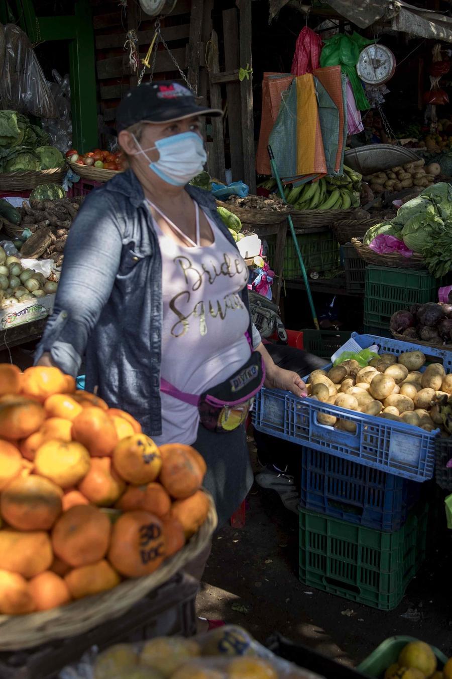Vendedora del mercado Mayoreo, donde se han tomado medidas contra el coronavirus, en Managua.