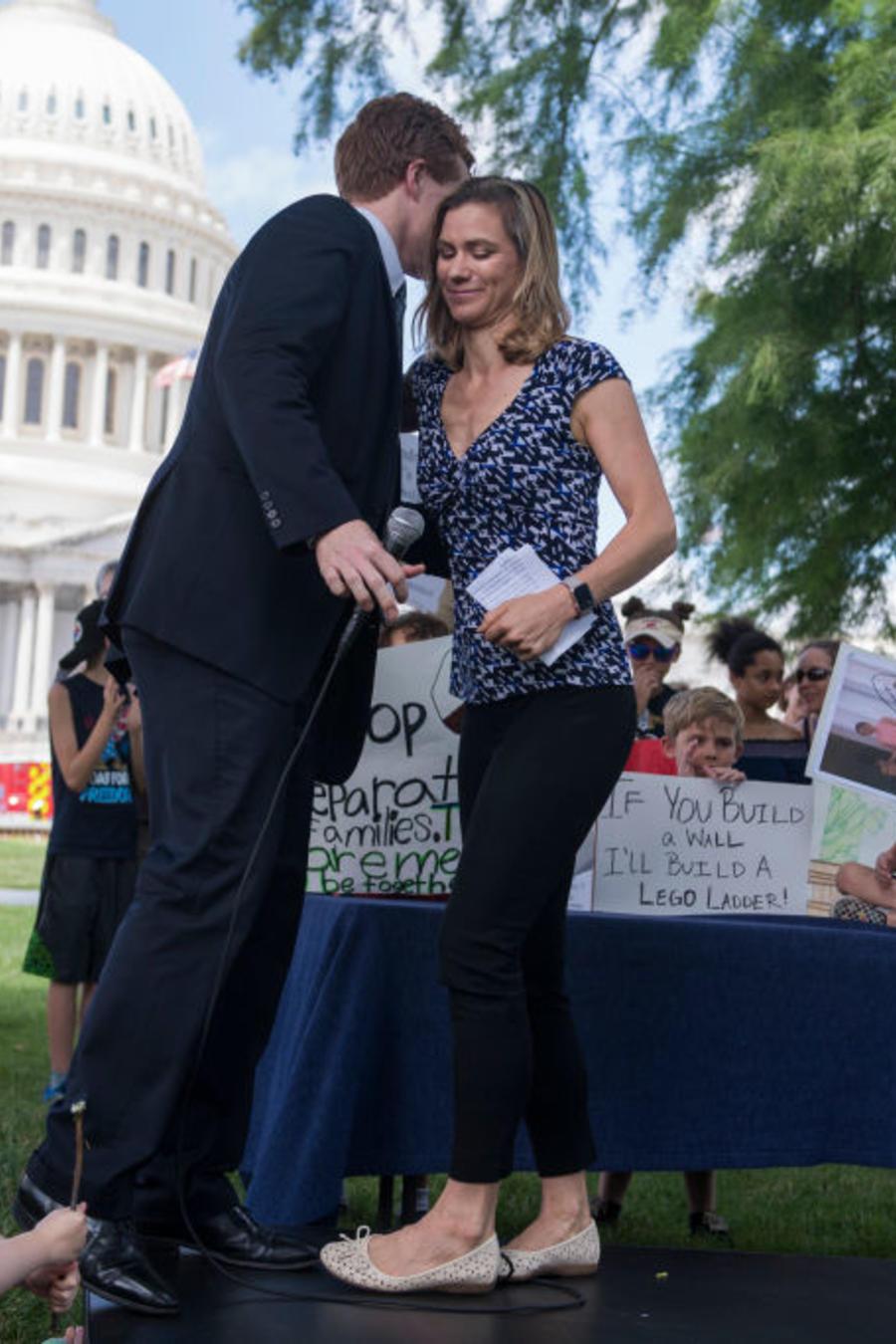 Maeve Kennedy McKean saluda Joe Kennedy durante una manifestación.