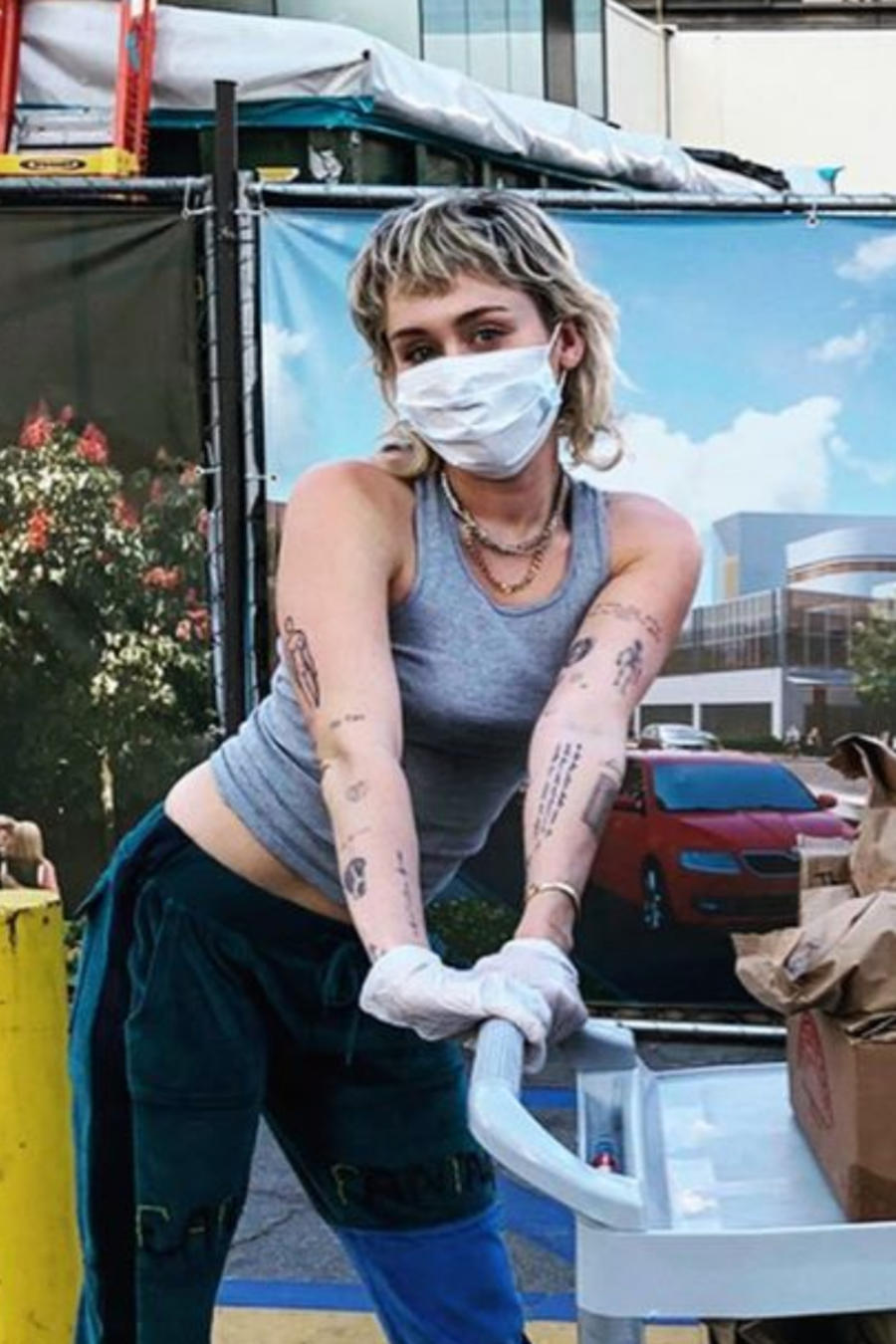Miley Cyrus y Cody Simpson repartiendo tacos