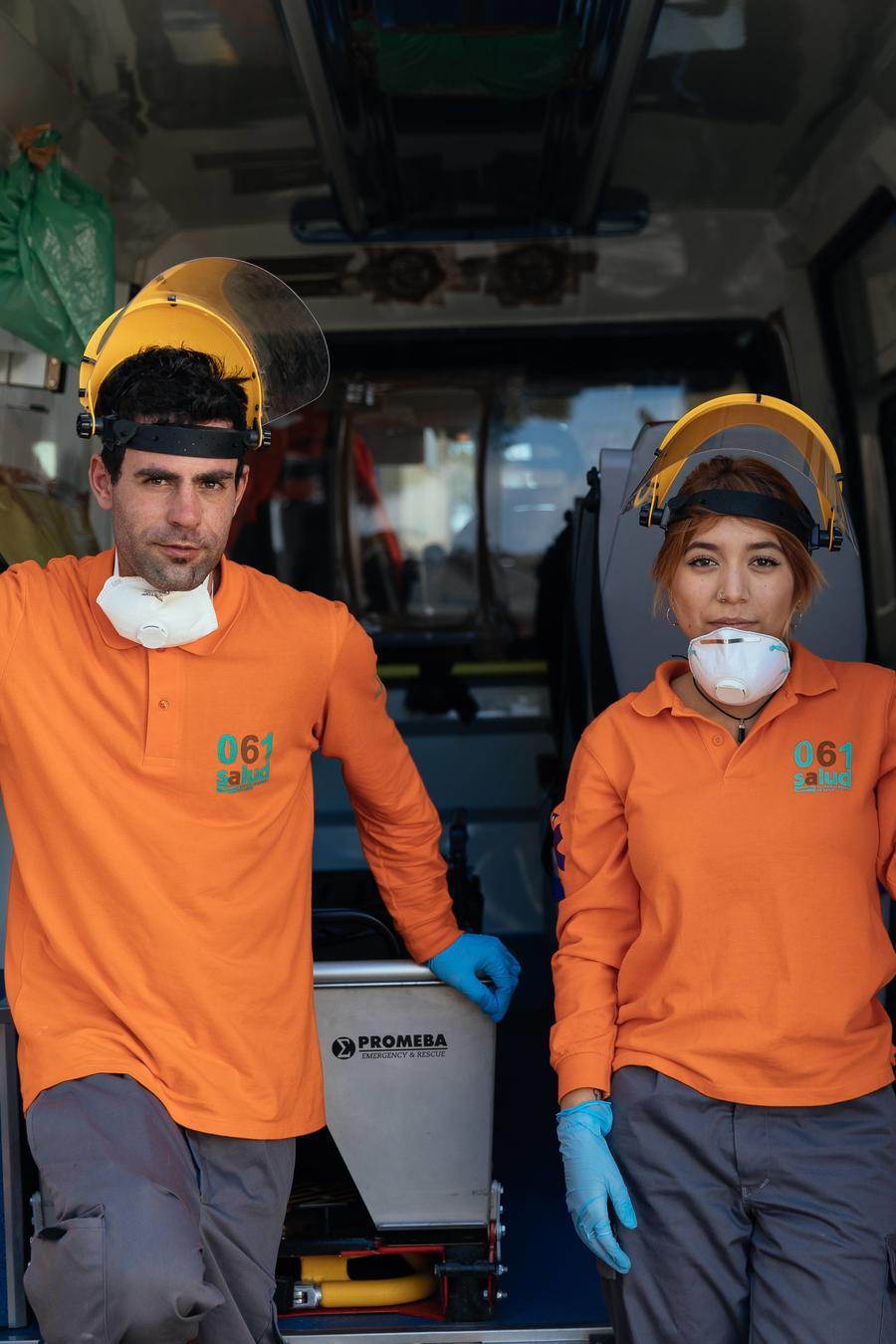 José y Leidy, un técnico de salud auxiliar y una conductora de ambulancia del Servicio de Salud de Aragones 061, descansan luego de transladar a un paciente con COVID-19 al hospital San Jorge en Huesca, España.