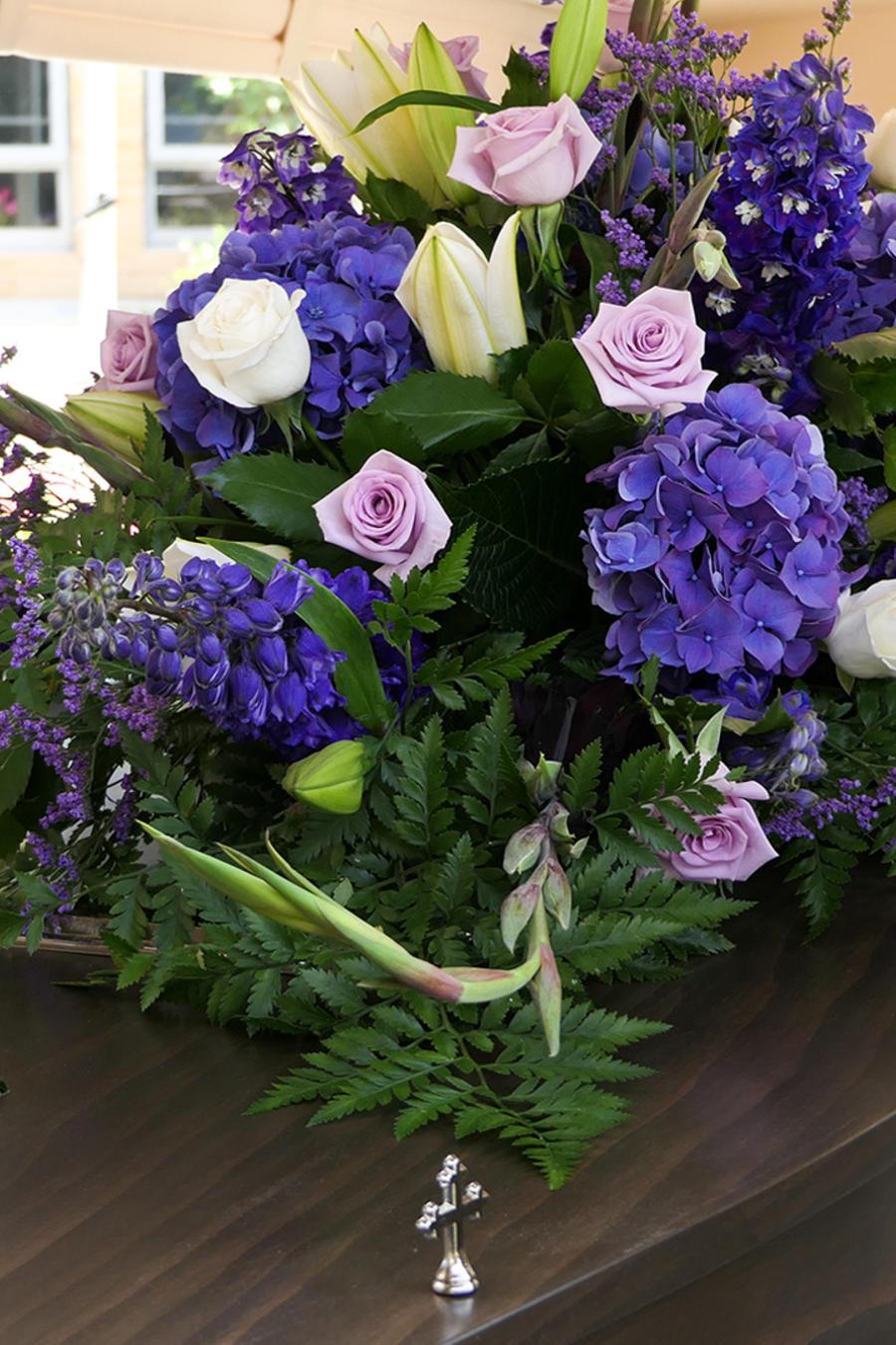Un ataúd con flores en una imagen creativa.