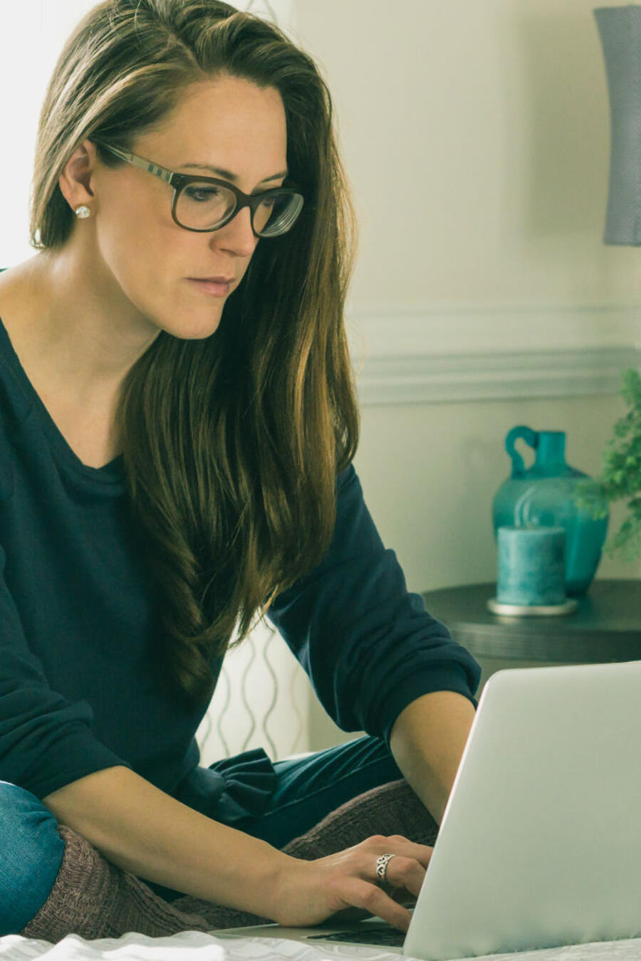 Mujer trabajando desde su cama