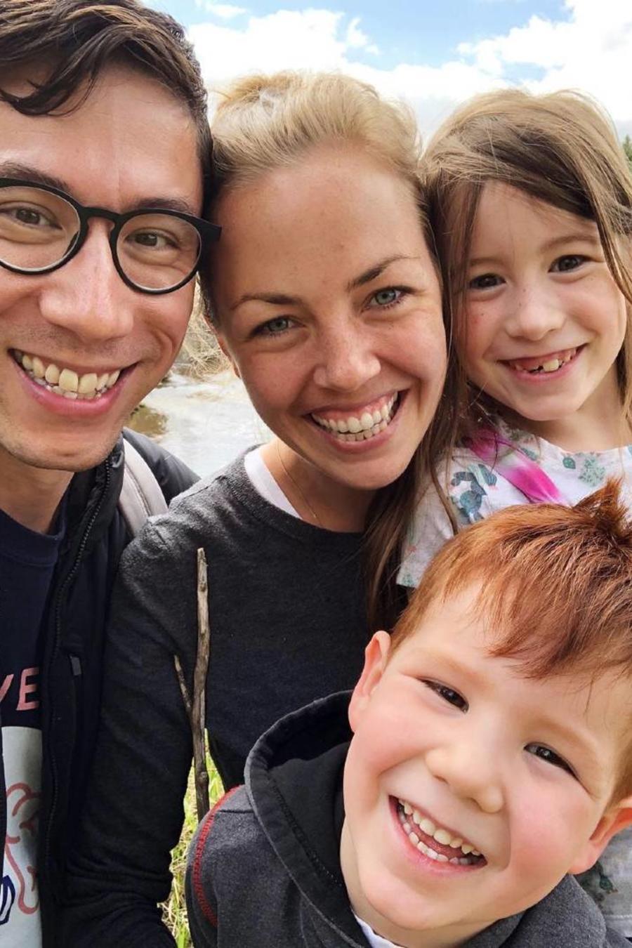 Lauren Kennedy, una mujer con esquizofrenia, con su familia