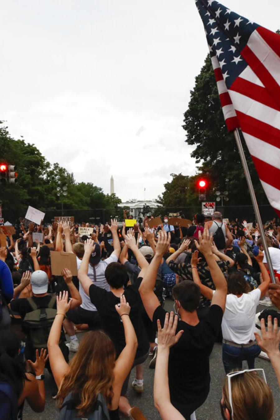 Miles de manifestantes participaron en otro día de protesta en las cercanías de la Casa Blanca contra la brutalidad policial