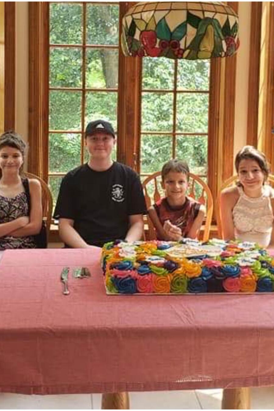 Adoptan seis hermanos