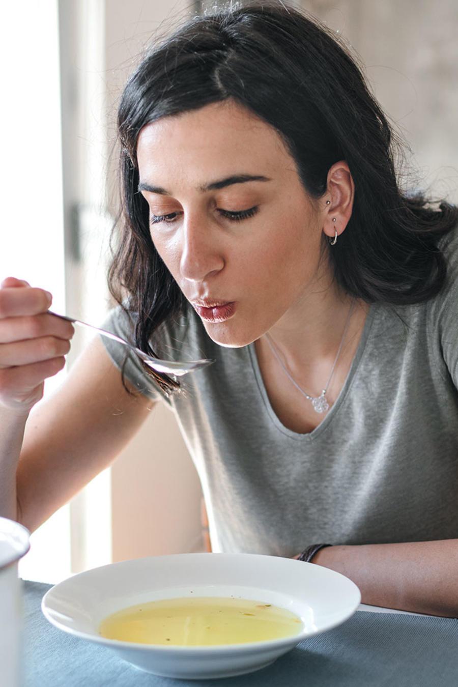 Mujer tomando sopa