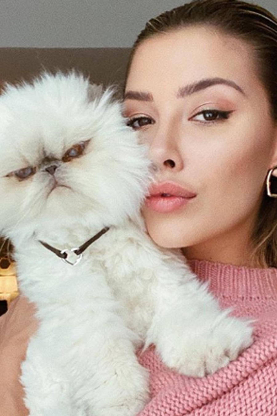 Michelle Salas posando con gatito