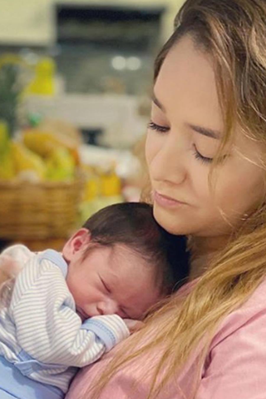 Sherlyn arrulló dulcemente a su bebé