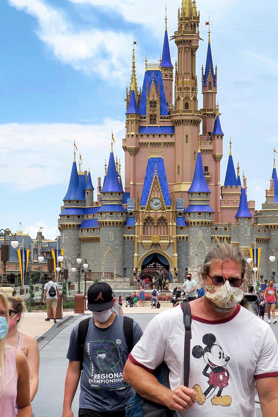 Florida ha visto un repunte tanto en casos nuevos como en muertes por coronavirus. Quienes visiten los parques deben usar mascarillas, en Walt Disney World en Lake Buena Vista, Florida, el sábado 11 de julio de 2020.