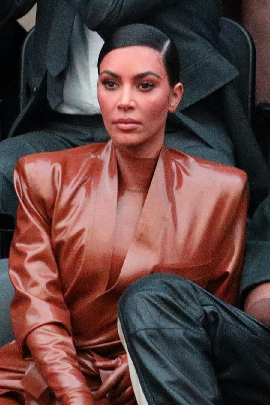 Kim Kardashian y Kanye West en partido de baloncesto