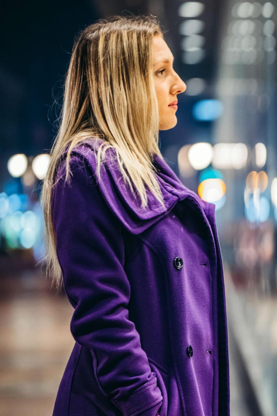 Mujer mirándose en el reflejo de una tienda