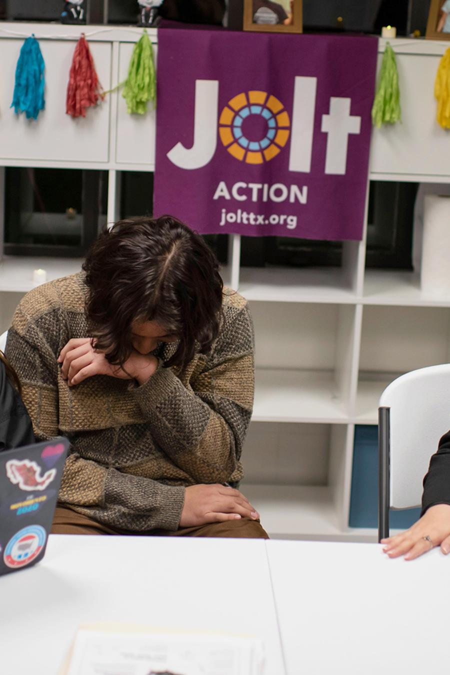Leslie Hernández (L) comparte una risa con los voluntarios Carlos Ramírez (C) y Marlen Guerrero en la sede de Jolt, una organización sin fines de lucro que trabaja para aumentar la participación cívica de los latinos en Houston, Texas, febrero 2020.