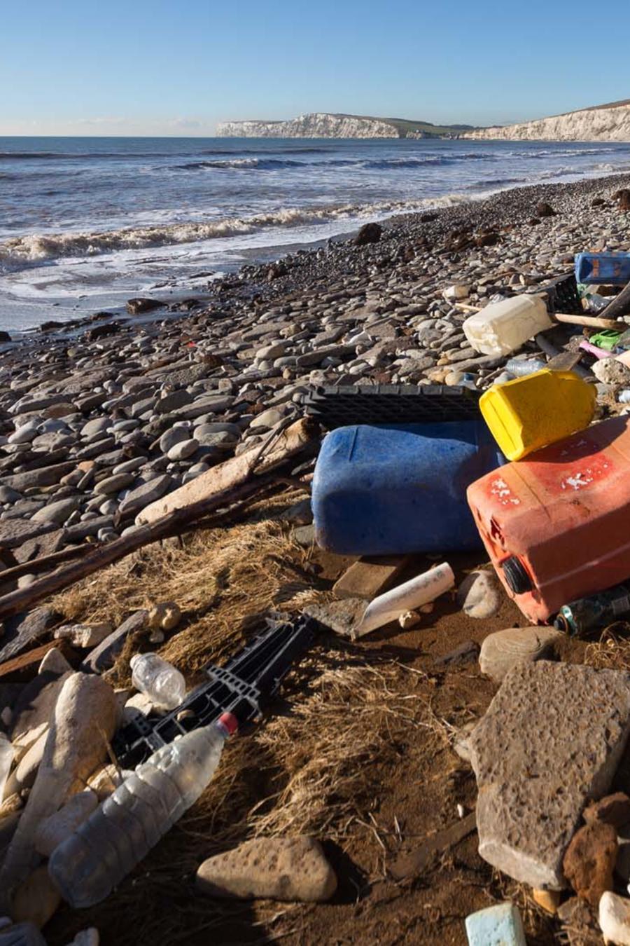 Playa contaminada con basura y plásticos