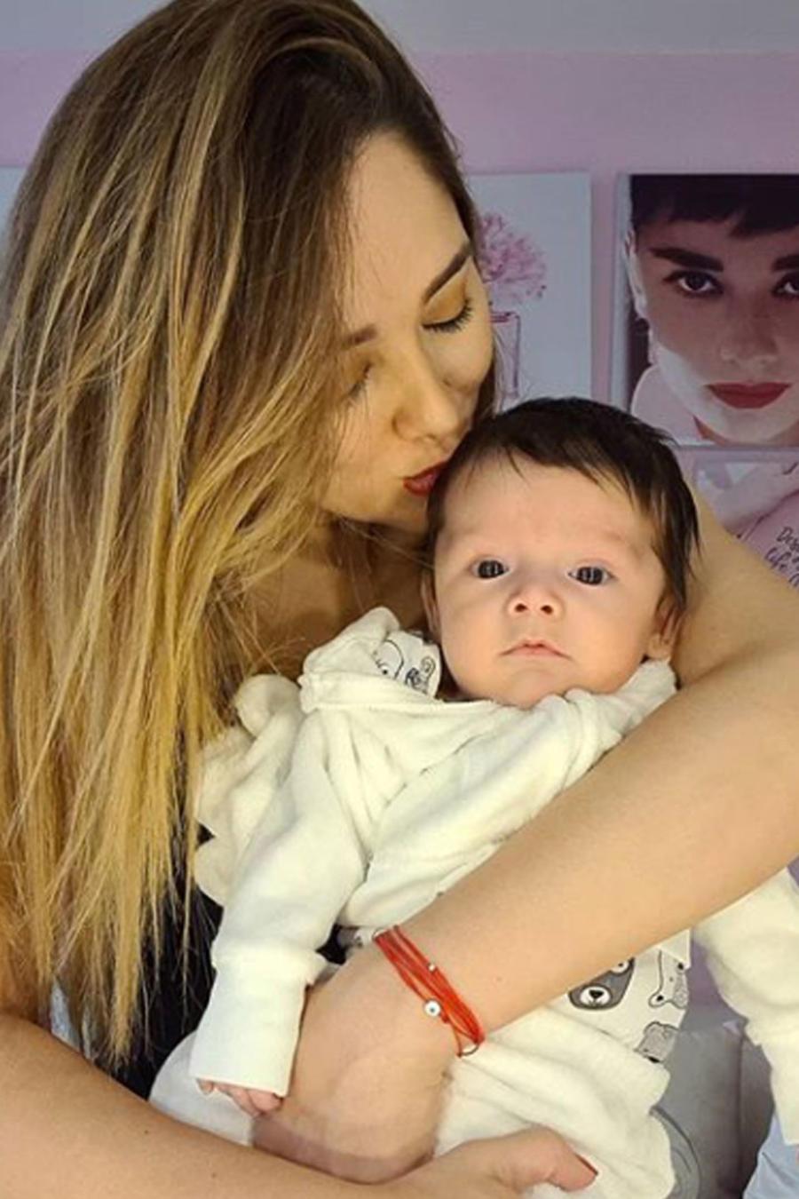 Sherlyn posando con su bebé
