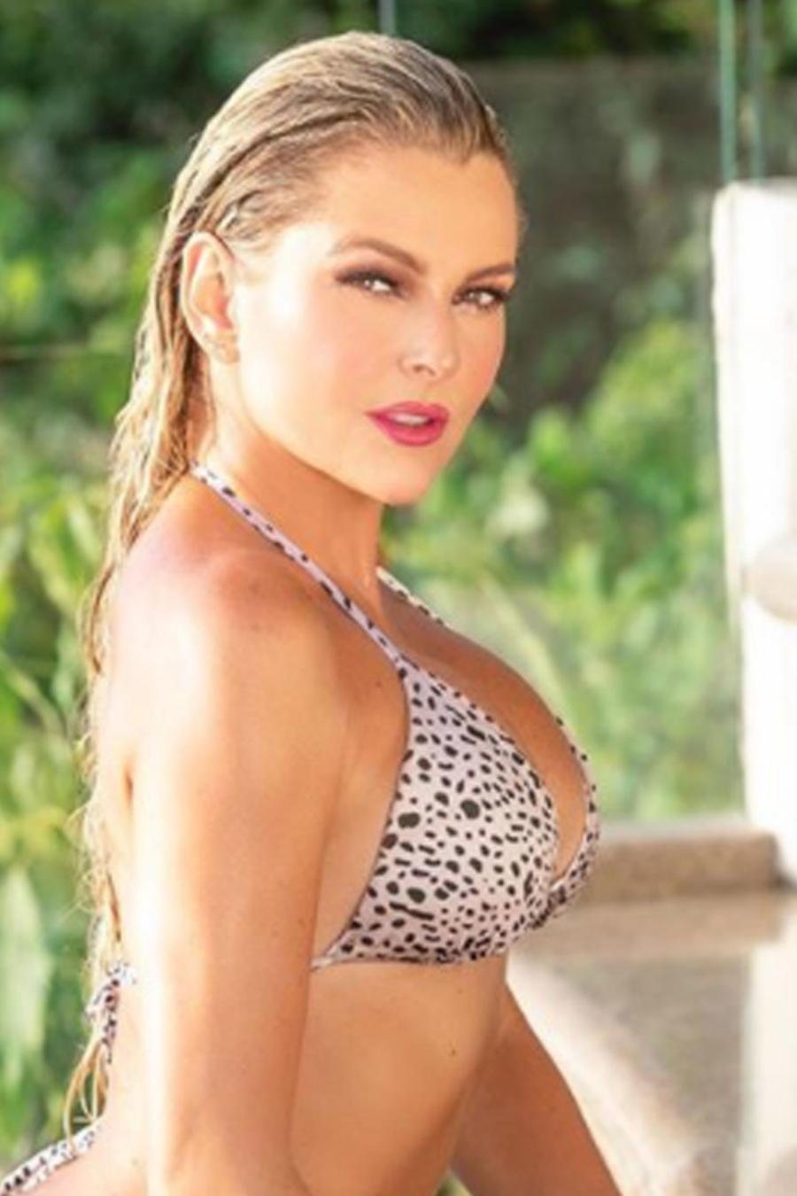 Marjorie de Sousa posando en bikini