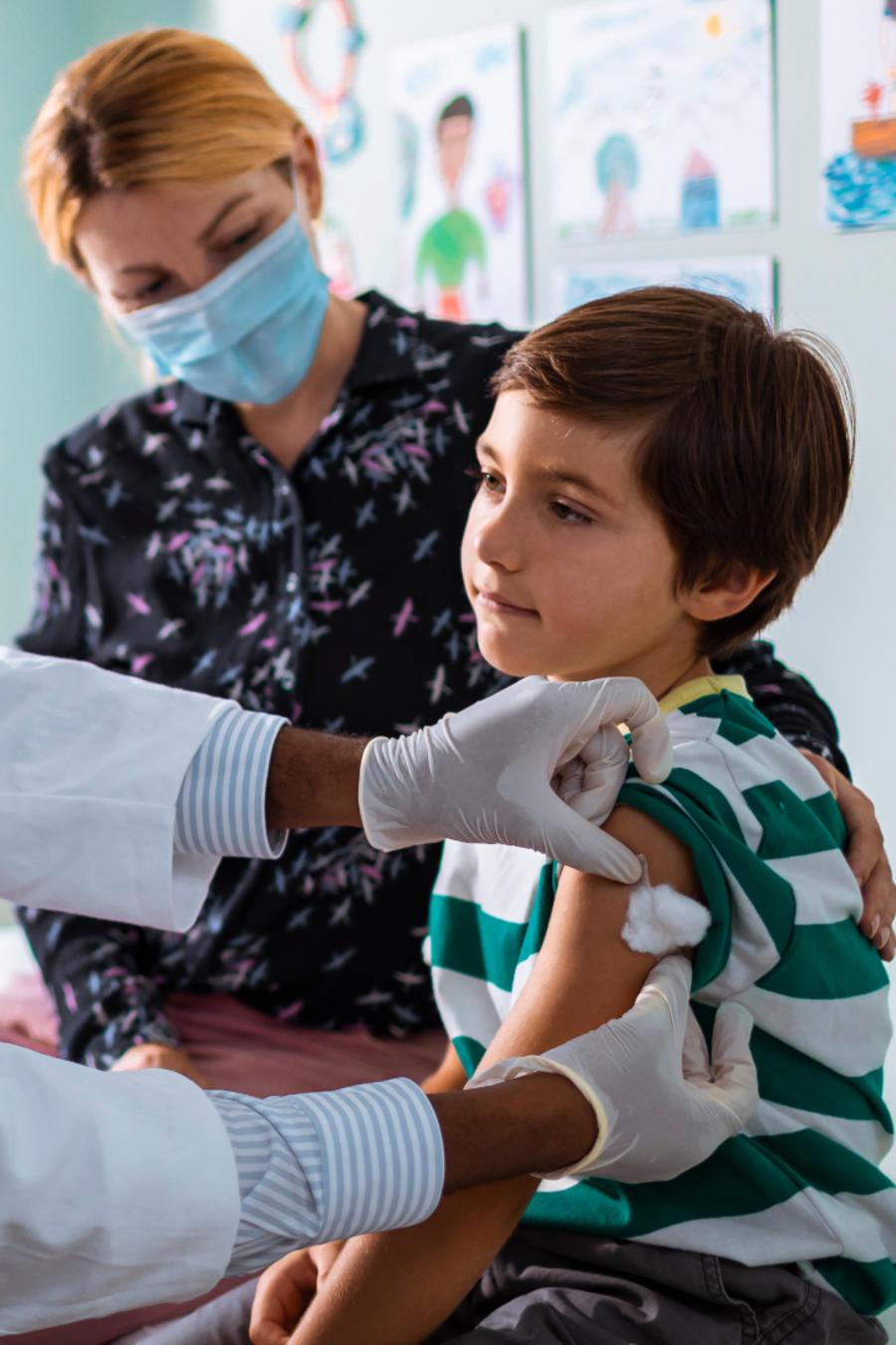 medico vacunando niño