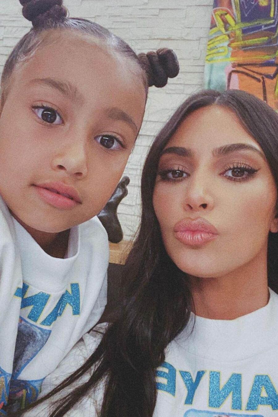 Kim Kardashian y Victoria Beckham con sus hijas