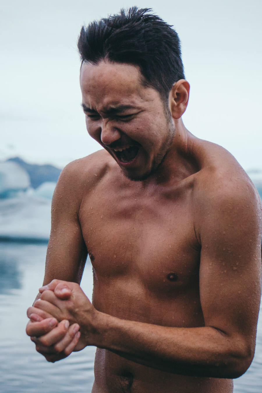 Hombre nadando en agua fría