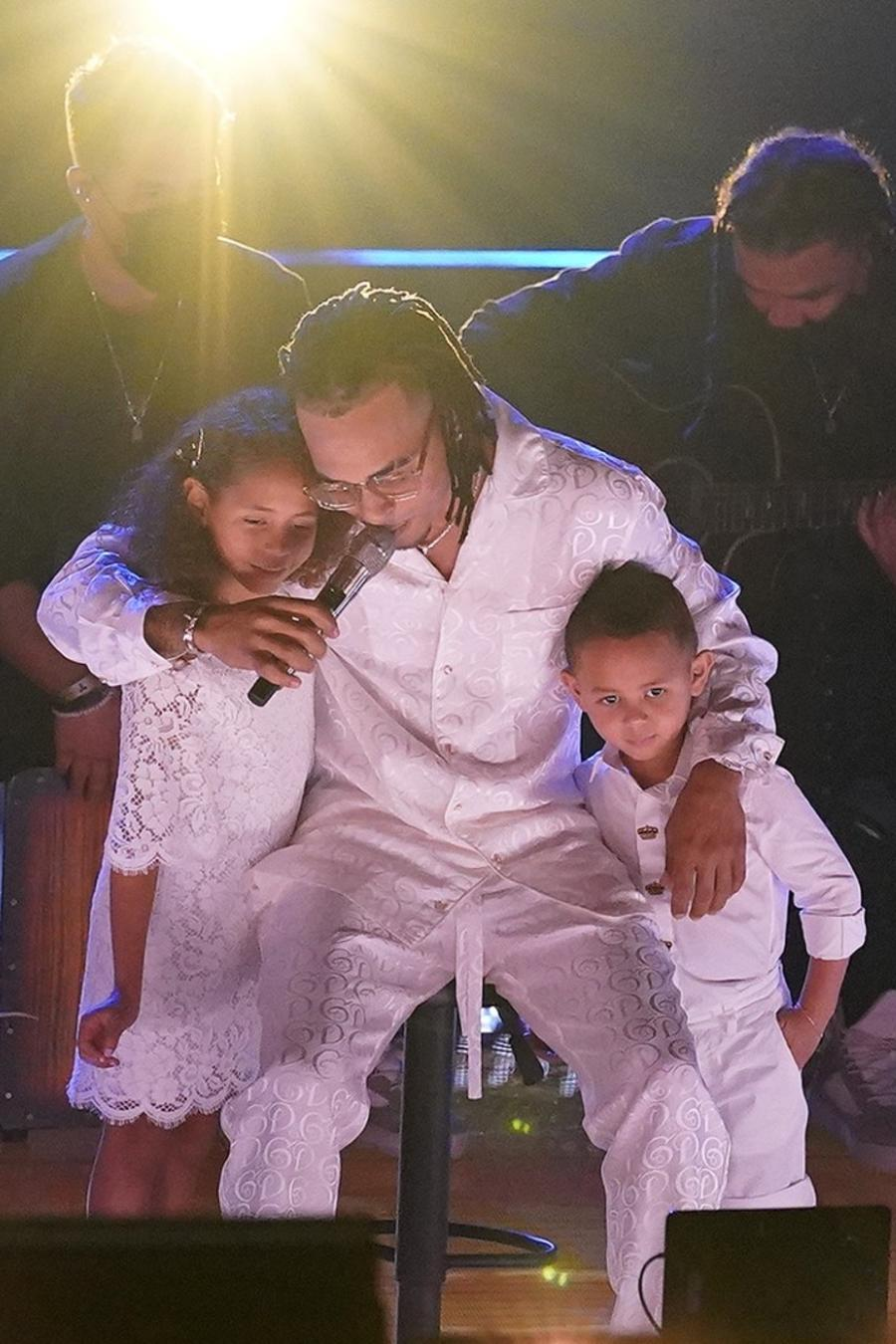 Ozuna y sus hijos en Premios Billboard 2020