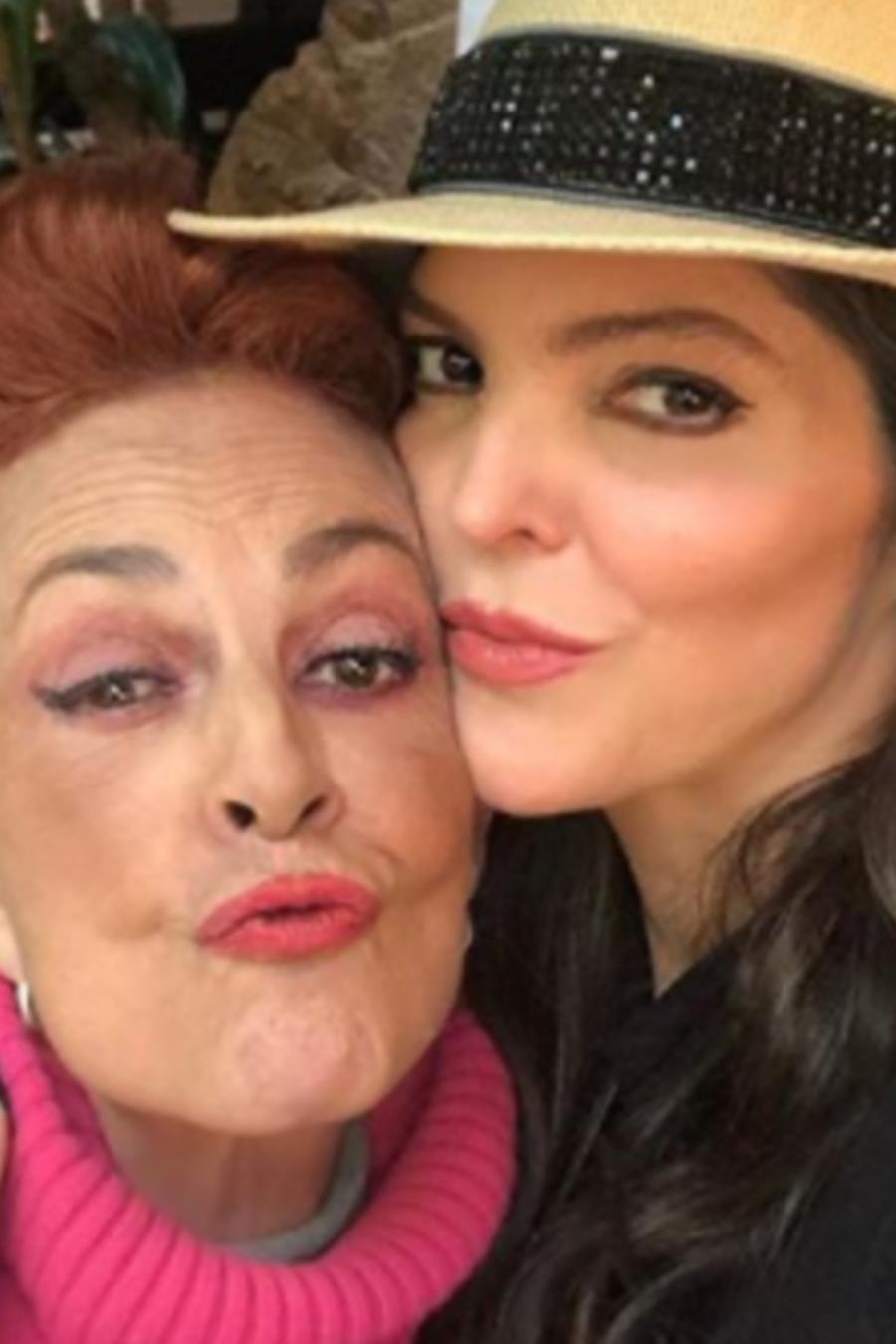 Ana Bárbara con Talina Fernández abrazadas