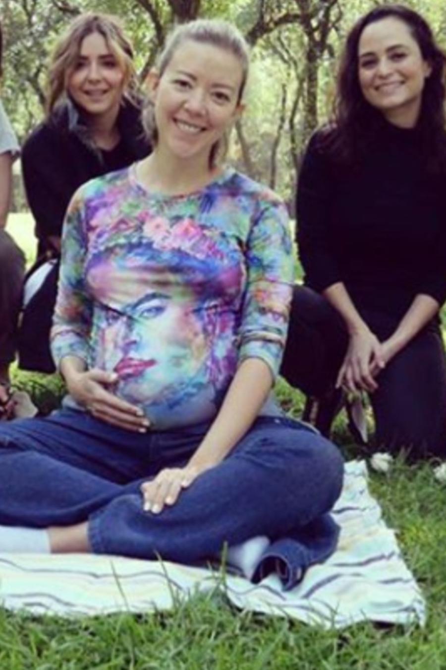 Fernanda Castillo posando con su pancita de embarazada y sus amigas