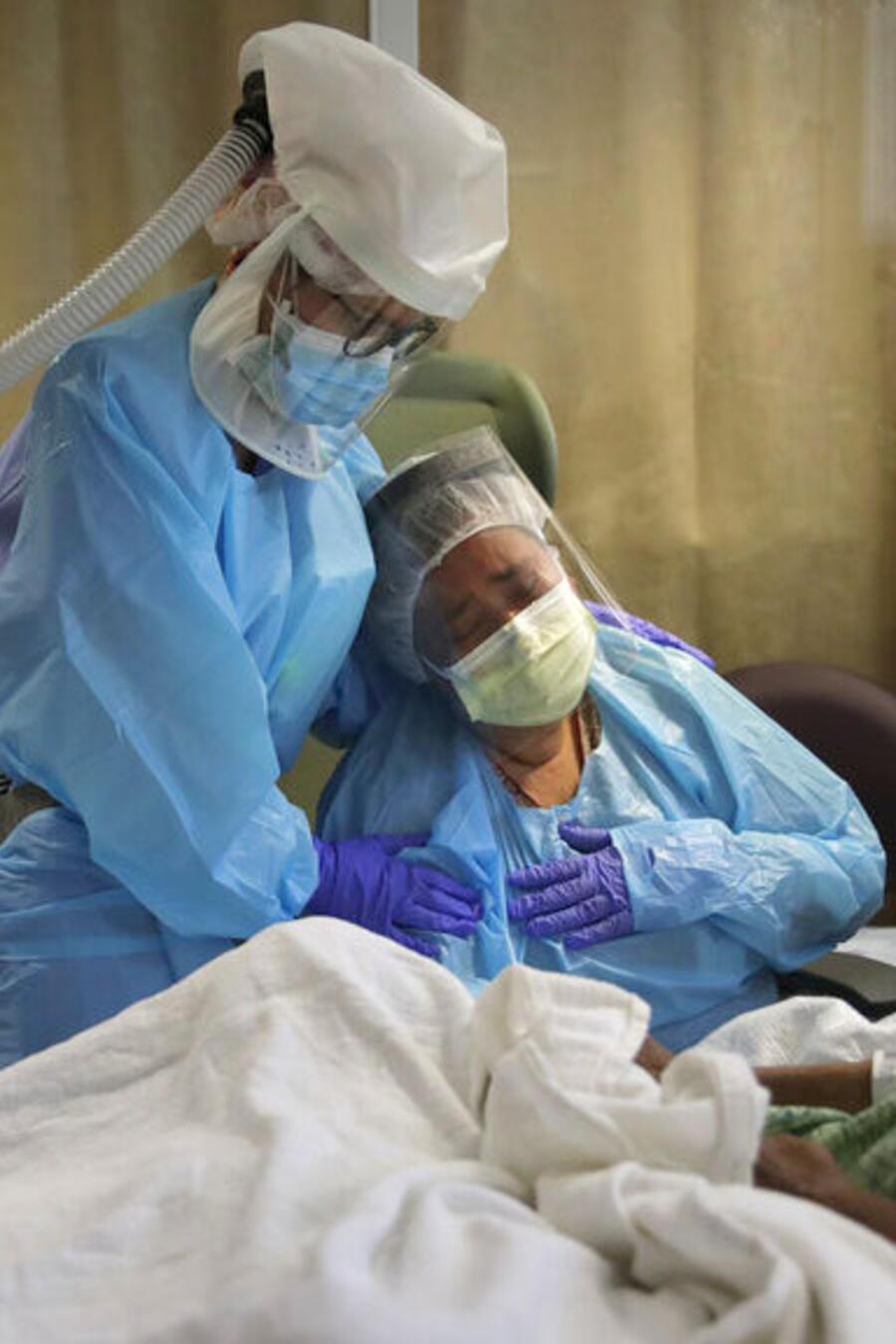 Una enfermera reconforta al familiar de un paciente que ha fallecido a causa del coronavirus en un hospital en California (Archivo).