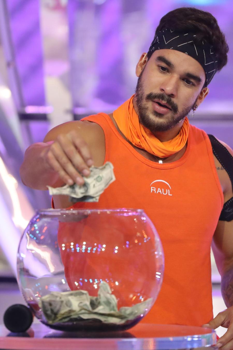 Raúl entra al domo en el episodio 10 de El Domo del Dinero