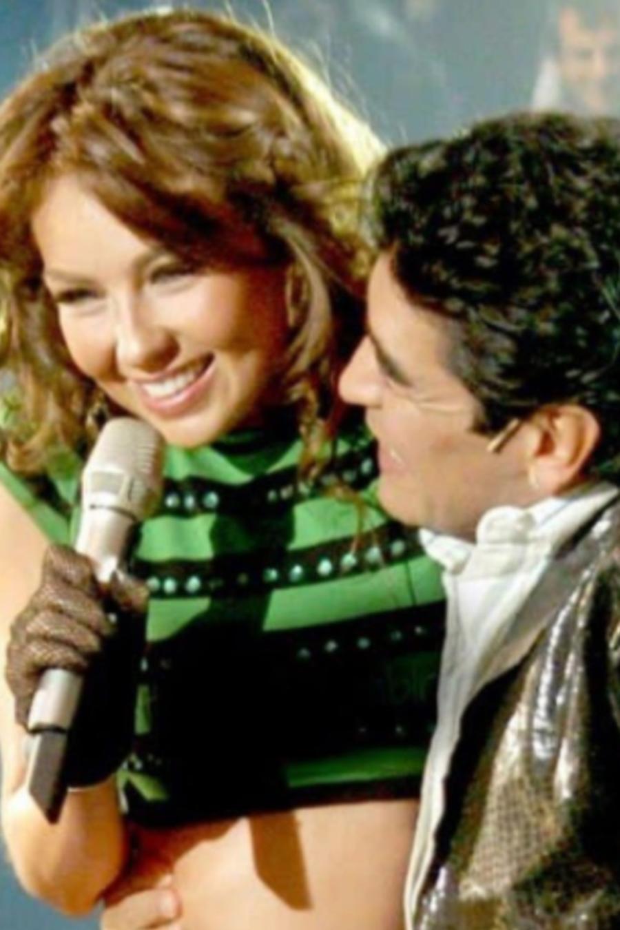Thalía con Maradona en un concierto