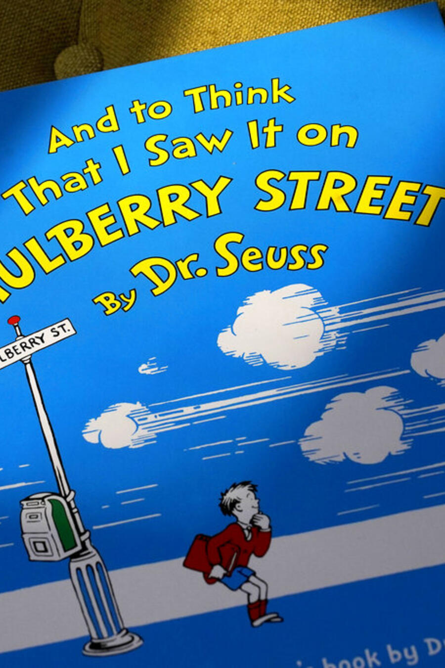 """Un ejemplar del libro """"And to Think That I Saw It on Mulberry Street"""" de Dr. Seuss."""