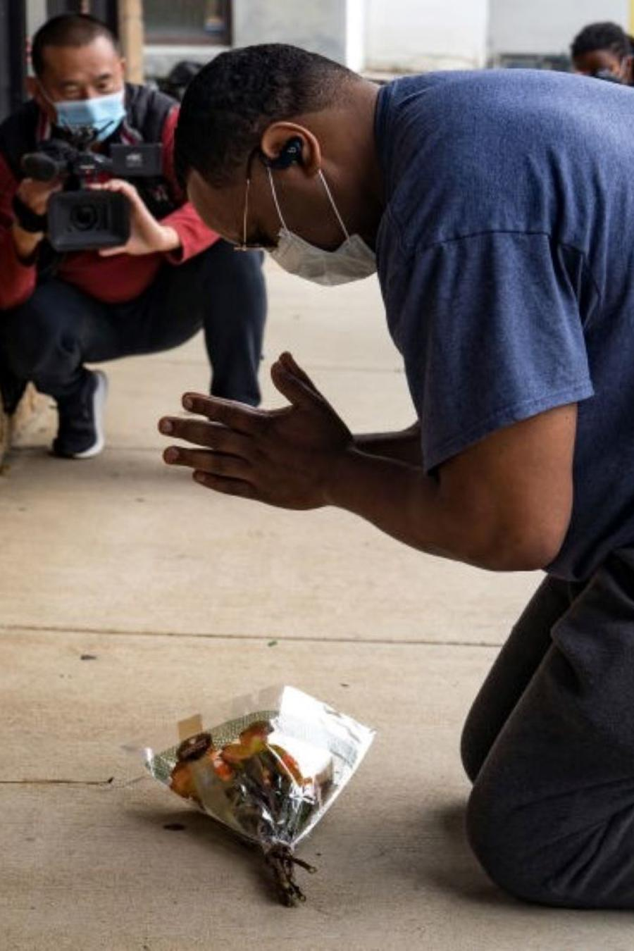 Yalaba Mendoza visita uno de los negocios atacados en Atlanta para honrar a las personas asesinadas.
